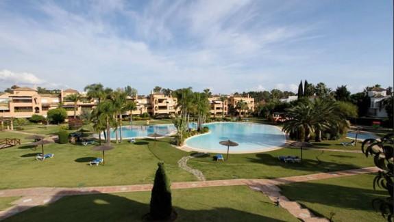 Alhambra del Golf 4 bedrooms duplex apartment for rent Estepona